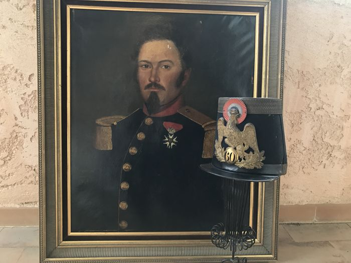 Old painting of an officer with his legion of honour as well as his shako 60th line eagle Second Empire (lot of 2 pieces)