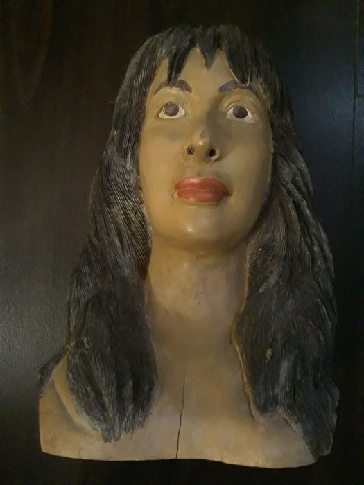 Bust in carved wood depicting a woman's face - origin: France - 1950s