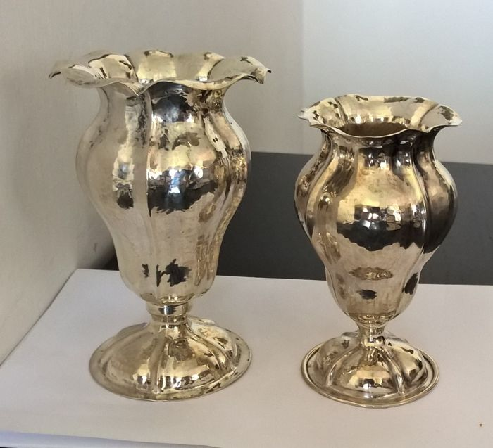 Pair of antique lobed vases, in hand hammered silver - by Rino Greggio, Padua (Italy) - 1930s