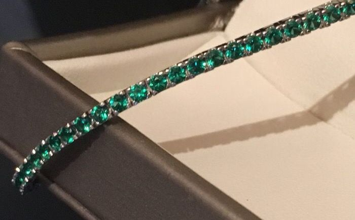 Tennis bracelet in 18 kt white gold with natural emeralds of 4.10 ct