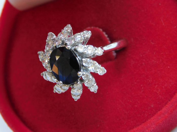 18 kt white gold ring with diamonds and sapphires, 5.5 g, 0.06 ct diamond, 2.1 ct sapphire
