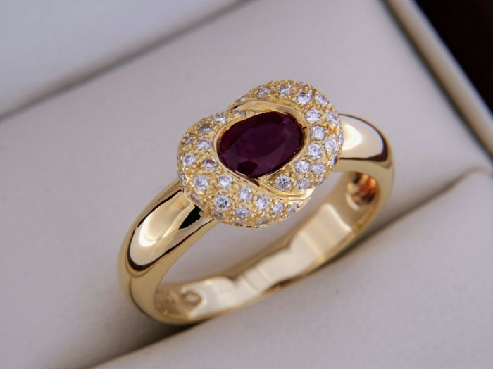 Ring in 18 kt yellow gold + ruby of 0.85 ct + diamonds 0.45 ct.