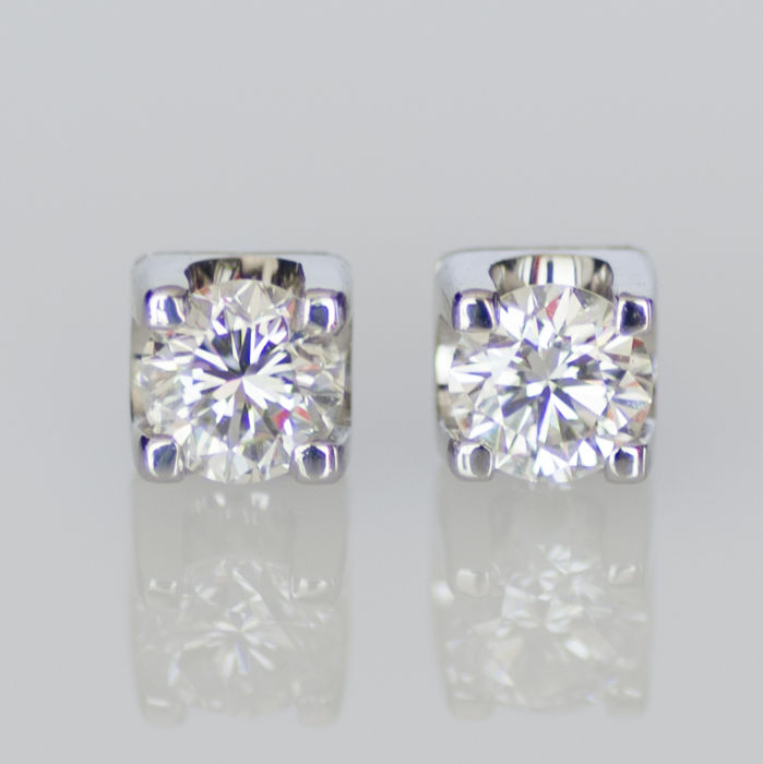 White gold solitaire stud earrings set with 2 brilliant cut diamonds of 1 ct. in total.