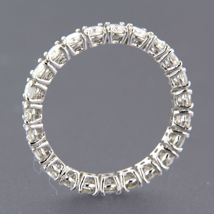 14 kt white gold full eternity ring set with 23 brilliant cut diamond of approx. 1.70 ct in total, ring size 18 (56)