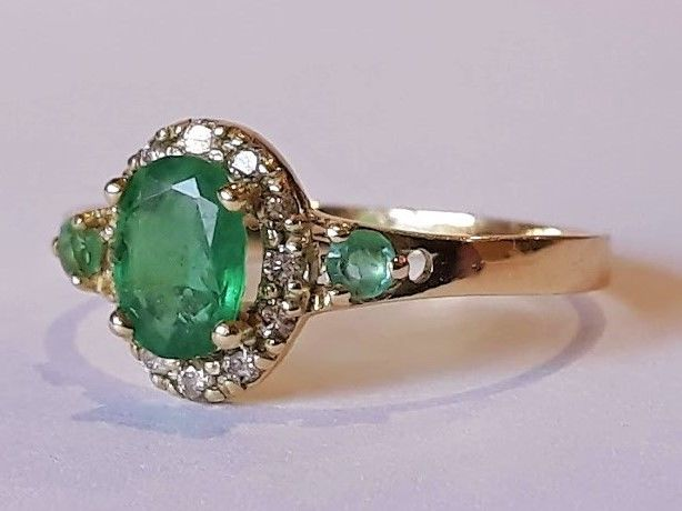***No reserve*** New ring with natural emeralds and 12 diamonds of 0.15 ct 14 kt gold Made in Spain - 18.5 mm in diameter