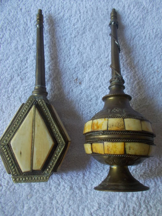2 Sprinklers of rosewater North Oriental Africa, copper, ornated gilded brass, inlay of pieces in horn - 1920/1930. Signed.