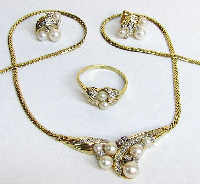 Set with pearls and diamonds in two-tone 18 kt gold - Total weight: 20.4 grams - Assorted salt water pearls