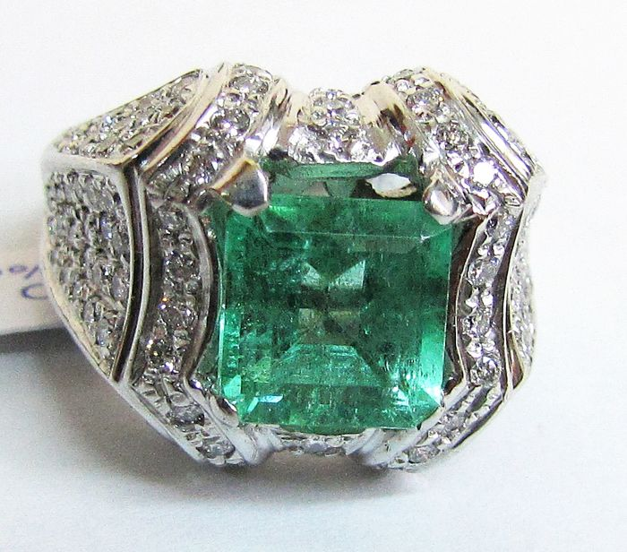 Ring in 18 kt gold With 3.25 ct emerald and diamonds, F/G, VVS, 1.14 ct - size 18
