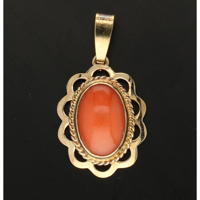 14 kt - Yellow gold pendant, set with a cabochon cut precious coral - Length x Width: 26 mm x 15 mm