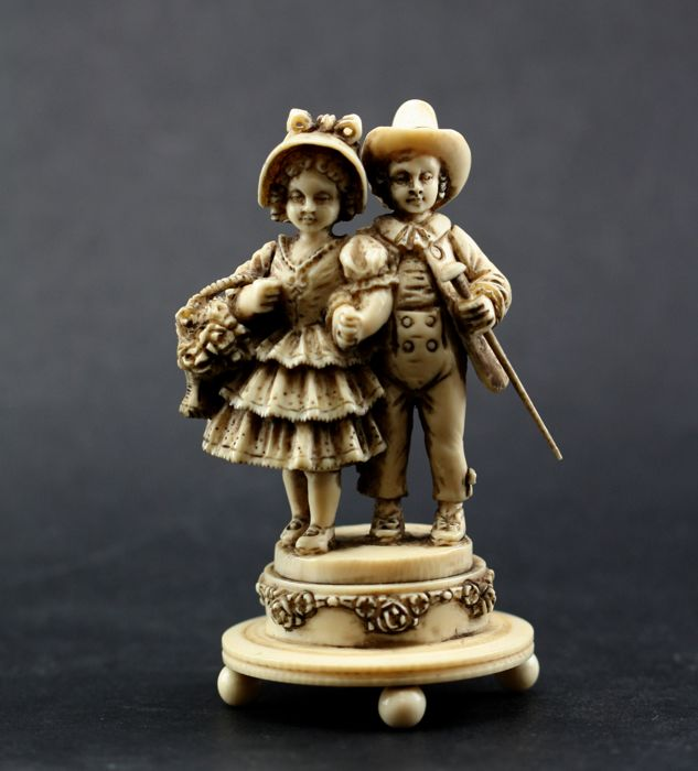 Statue depicting a young couple carved in ivory - Dieppe, France - late 19th century