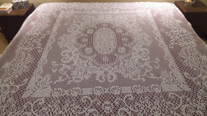 Gorgeous lot of Spanish imagery. It consists of: 1 bobbin lace bedspread. 1 bedspread of crochet thread/crochet.2 sheets embroidered by hand and 1 cover.Both sheets with edges of bobbin lace