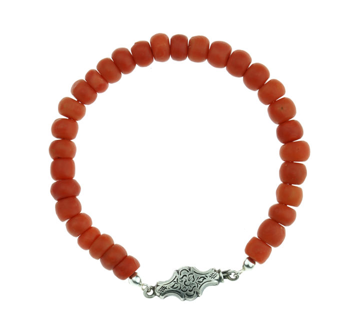 Lovely precious coral bracelet with cheese-shaped beads, on a silver clasp.