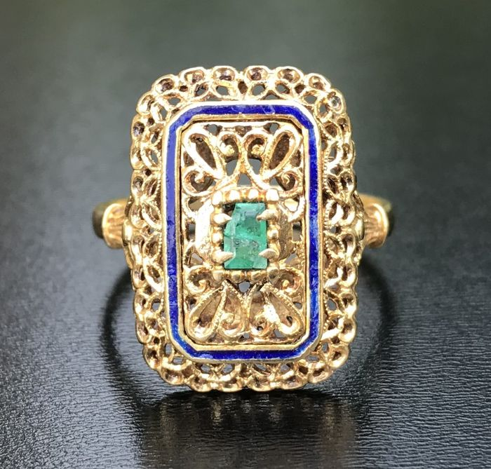 Large antique marquise ring in 18 kt yellow gold set with an emerald (0.3 ct) and surrounded with an enamel border ** No reserve price **