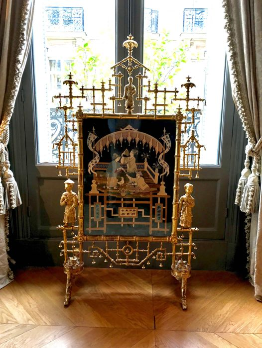"""A rare fire screen """"Aux Pagodes"""" in the Chinese taste, in carved, turned and gilt wood, Napoleon III period, France, circa 1850/60"""