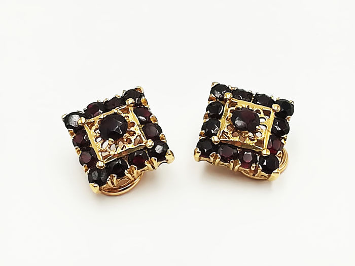 Earrings in 18 kt yellow gold, diamond shape with garnet stones - length: 1.40 cm, total weight: 9.68 g