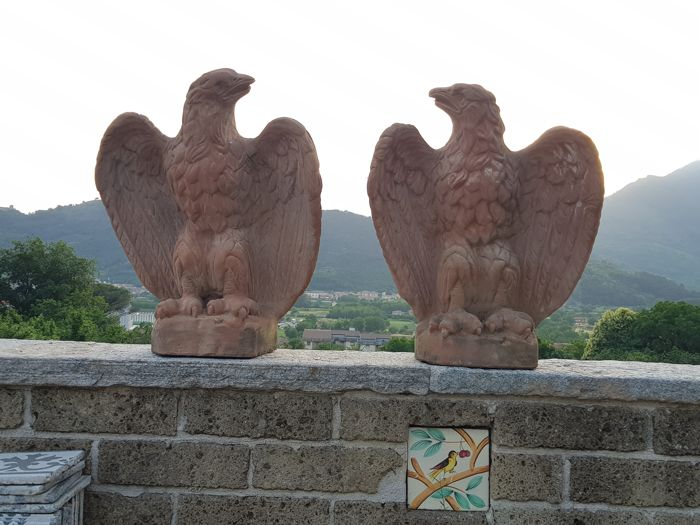 Old and large sculpture, entirely handmade Pair of Derura terracotta eagles - Italy - 1970s