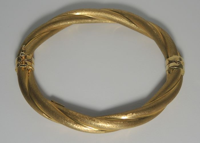 18kt gold twisted bangle, with brush finish. Approx. internal size is 58X51 mm.