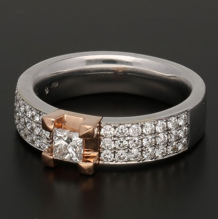 14 kt - White gold ring by DIAMONDE set with 41 brilliant cut and one princess cut diamond of approx. 1.17 ct in total in a rose gold setting - Limited edition - Ring size: 17.75 mm