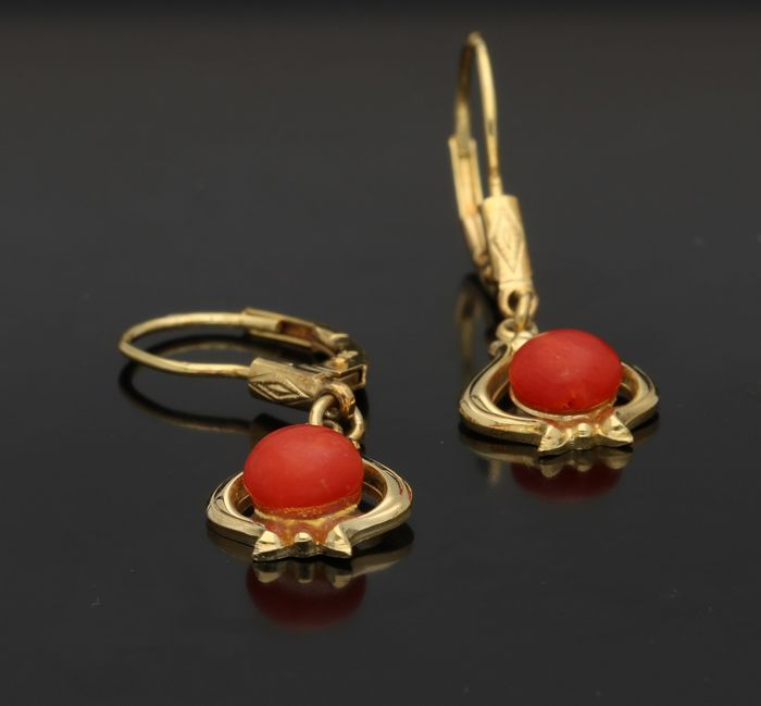 14 kt - Yellow gold dangle earrings with cabochon cut precious coral of 0.5 mm in diameter - Length 2.9 mm x width 0.9 mm