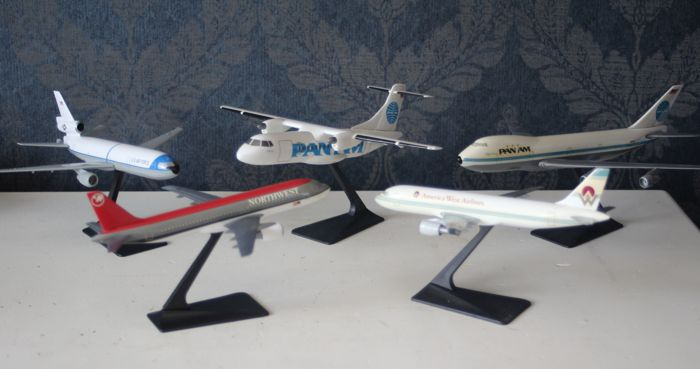 Lot with 5 aeroplane models, scale 1:200/1:250 - Boeing 737 + 747, McDonnell Douglas MD-11, Bombardier Dash 7 DHC-7
