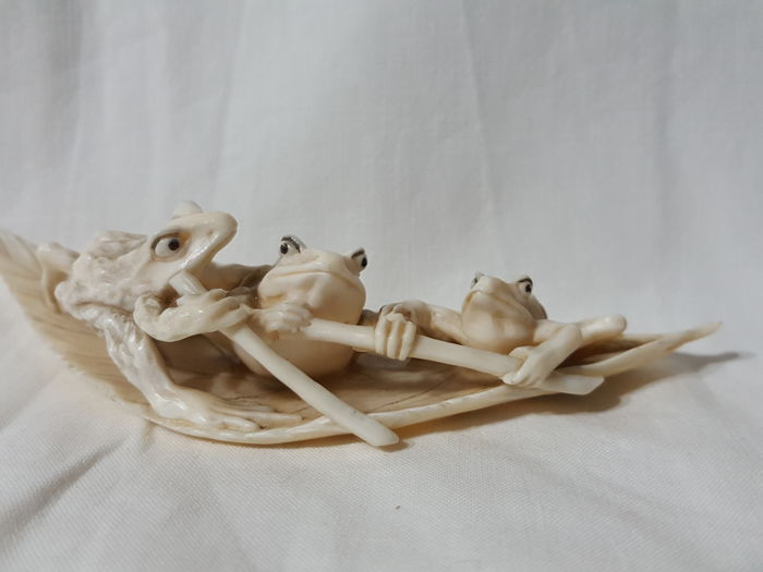 Ivory okimono frog - Japan - late 19th/early 20th century (Meiji period)
