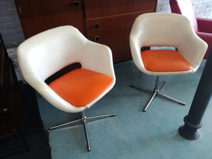 Manufacturer unknown - set of 2 vintage armchairs with a table