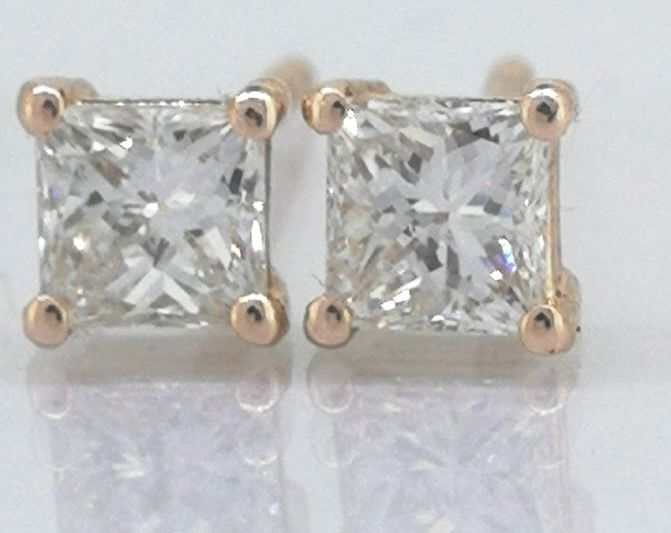 Solitaire stud earrings set with 2 Princess cut diamonds, 0.56 ct in total *** No reserve price ***