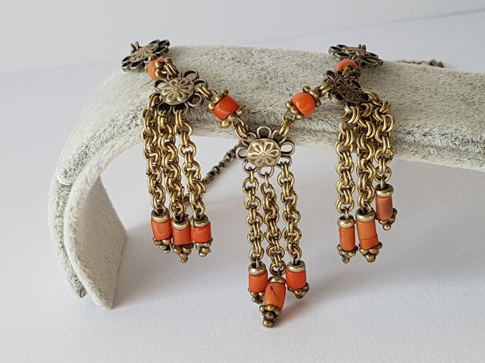 Antique necklace with corals, age unknown