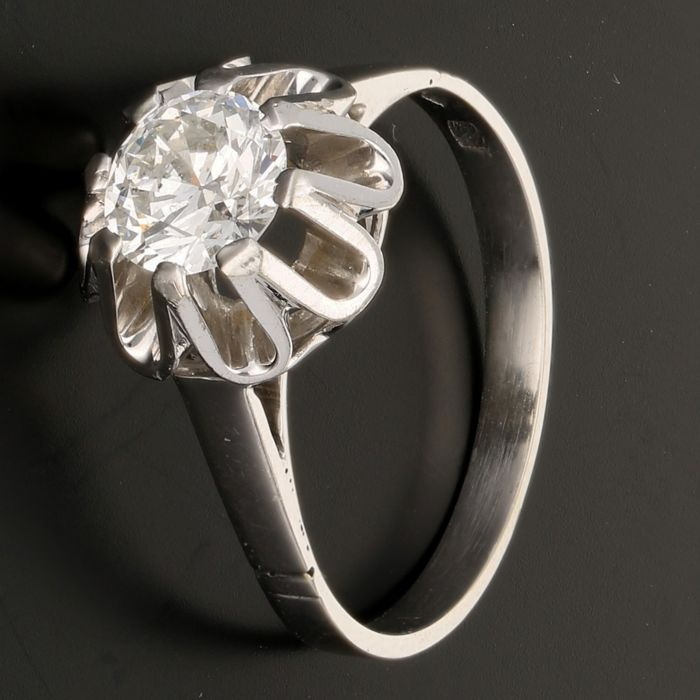18 kt  - White gold solitaire ring set with a brilliant cut diamond of approx. 0.95 ct - Ring size: 17.25 mm