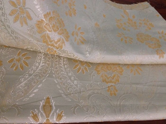 5.40 m of precious Damask Fabric, in champagne background colour with gold decorations and silver highlights, in Louis XVI style