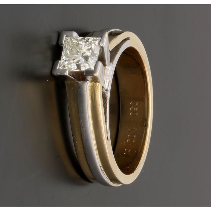 18 kt - Bicolour solitaire ring set with a princess cut diamond of approx. 0.90 ct - Ring size: 18 mm