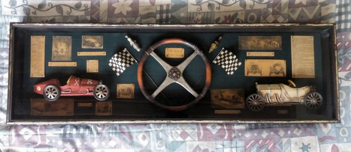 Retro houten kabinet show display - The history of car racing - Bugatti type 35 1924 vs Mercedes 1908