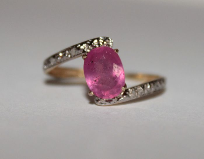 10 kt gold ring with natural Ruby and Diamonds of 1.678 - Ring size: 18 (mm)