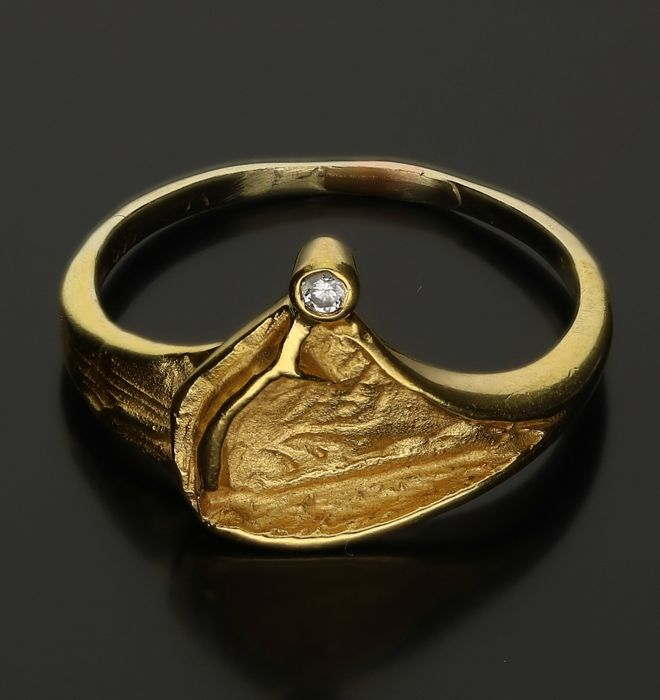 14 kt - Yellow gold ring with a Scandinavian design, set with 1 brilliant cut diamond, approx. 0.02 ct in total - Ring size: 17.5 mm
