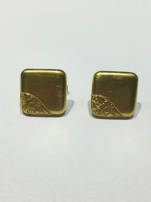 Pair of square cufflinks in finely chiselled 18 kt yellow gold, Art Deco period