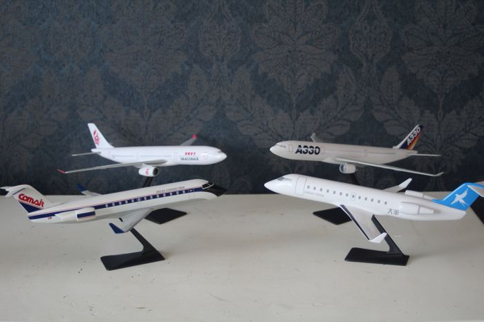 Lot with model aeroplanes, various companies - scale 1:200 - Airbus A330, Airbus A300, and 2x Bomadier CRJ200