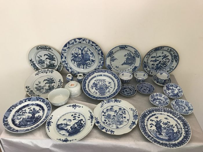 Blue and white porcelain, 23 pieces - China - Kangxi period + two porcelain, black/white bowls - 19th century