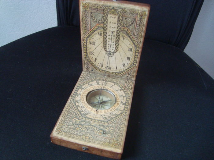 Diptych travel sundial of rectangular shape, forming compass and calendar - wood and printed paper - 18th Germany