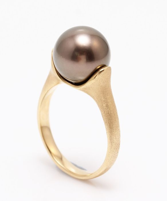 18K Matte Yellow Gold Ring Featuring a Lustrous Tahitian Pearl - NO RESERVE PRICE