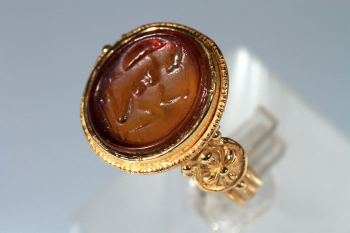 Antique style ring in 14 kt yellow gold with a pâte de verre cameo depicting a Greek soldier