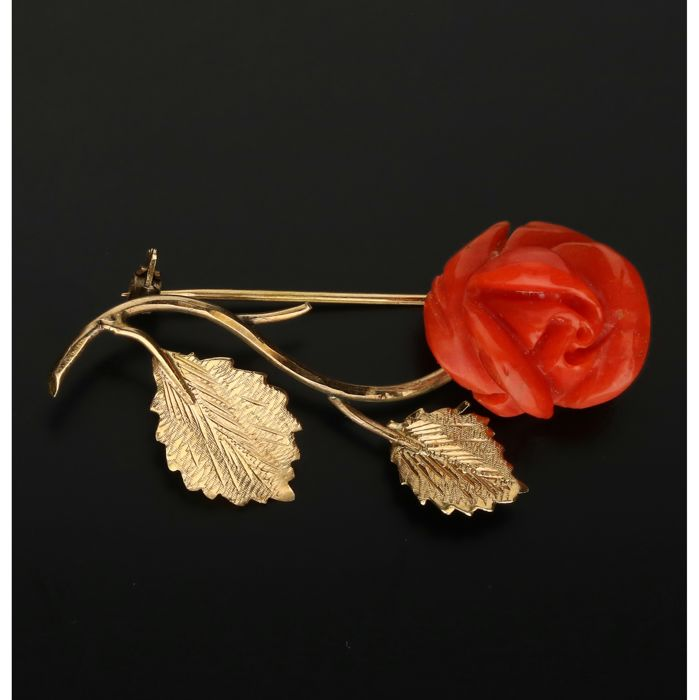 18 kt - Yellow gold brooch, set with red coral - Length x width: 4.2 x 2 cm