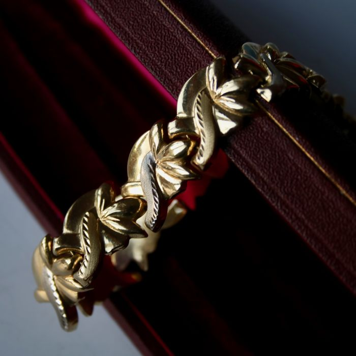 Yellow/white gold 14kt./585 bracelet in a voluminous attractive design. Very good state.