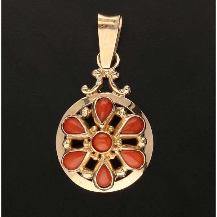 14 kt - Yellow gold pendant set with cabochon cut precious corals - Length x width: 26 mm x 14 mm