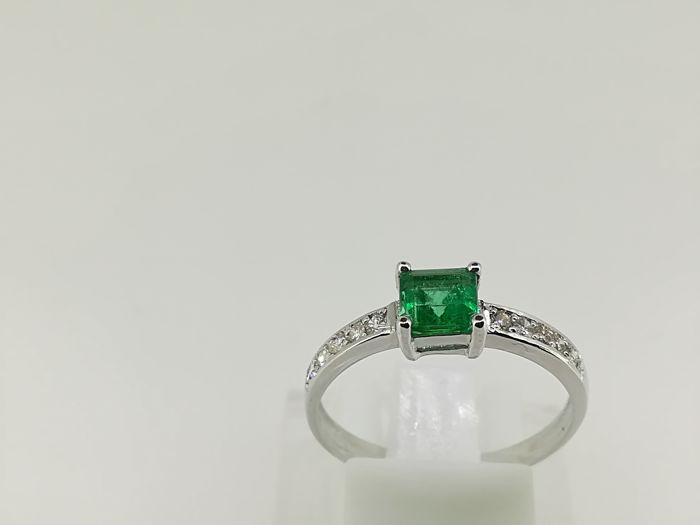 No reserve Ring in white gold 2.12 g, 18 kt top quality emerald and diamonds of 1 ct G VS, size 14