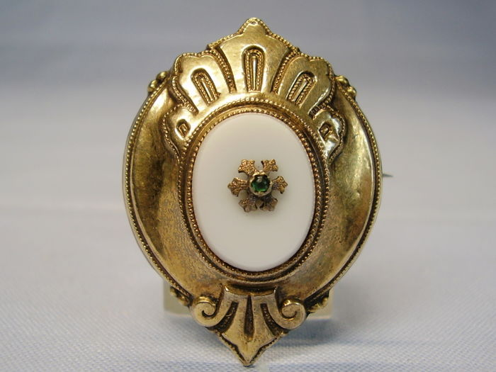 Antique 14 kt Victorian gold brooch with white chalcedony of 4 ct