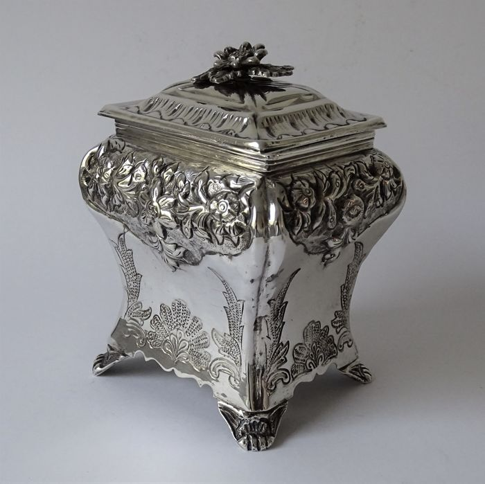 Beautiful silver plated biscuit box with floral decoration - Silver plated - Brian Highland Sheffield - United Kingdom - 1900-1949