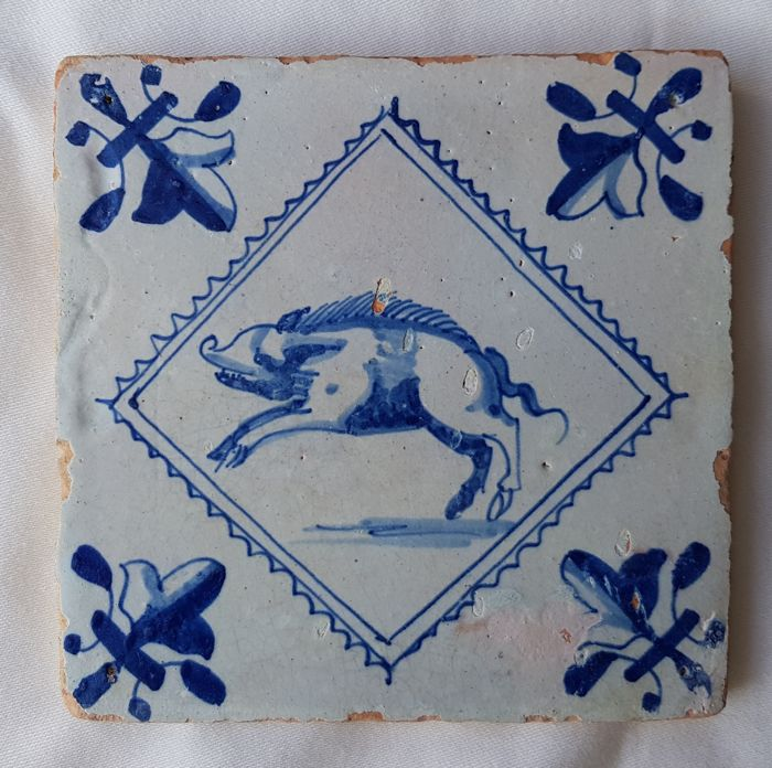 Tile with a depiction of a pig in serrated square, special depiction
