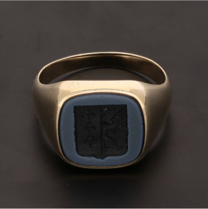 14 kt - Yellow gold signet ring set with carved layer stone - Ring size: 19.5 mm -