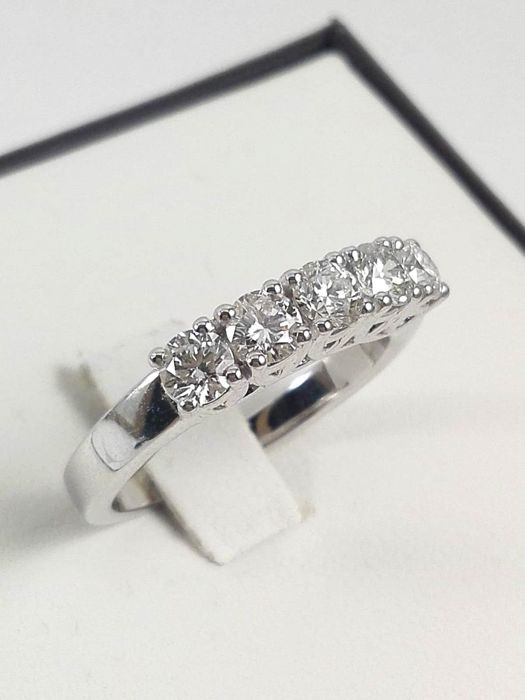 Women's eternity ring by 'Massimo Raiteri', in 18 kt white gold and natural diamonds totalling 0.95 ct Weight: 5.3 g