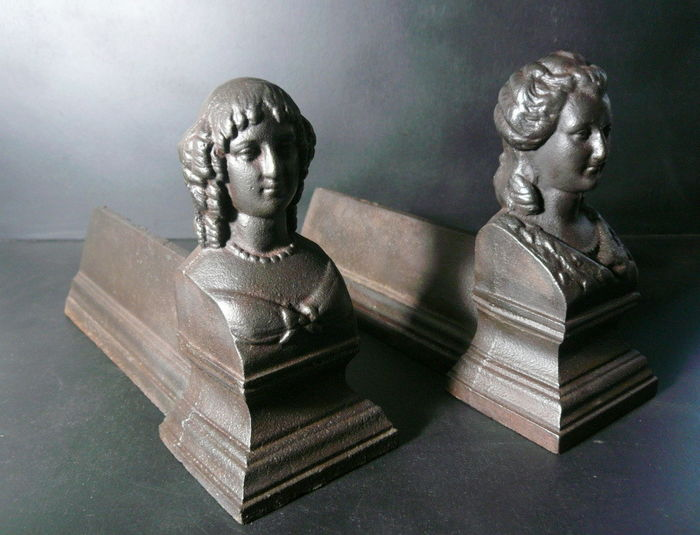A set of small cast iron andirons - Noble ladies - France - ca. 1900 1